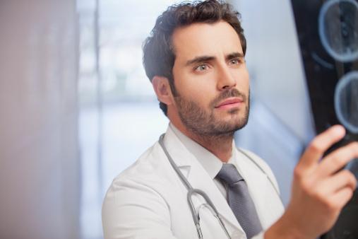 Un docteur examine une radiographie