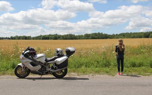 Moto et femme à la campagne